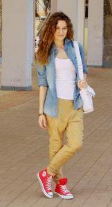С-женскими-джинсами-хаки-162x300.jpg